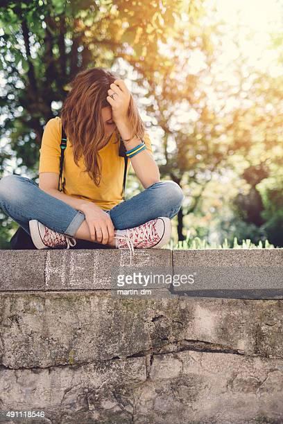 triste menina adolescente no exterior - violencia psicologica imagens e fotografias de stock