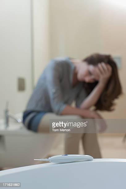 不幸せな女性のバスルームで、妊娠テスト