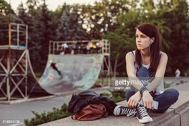 不幸せな女性の音楽に耳を傾ける