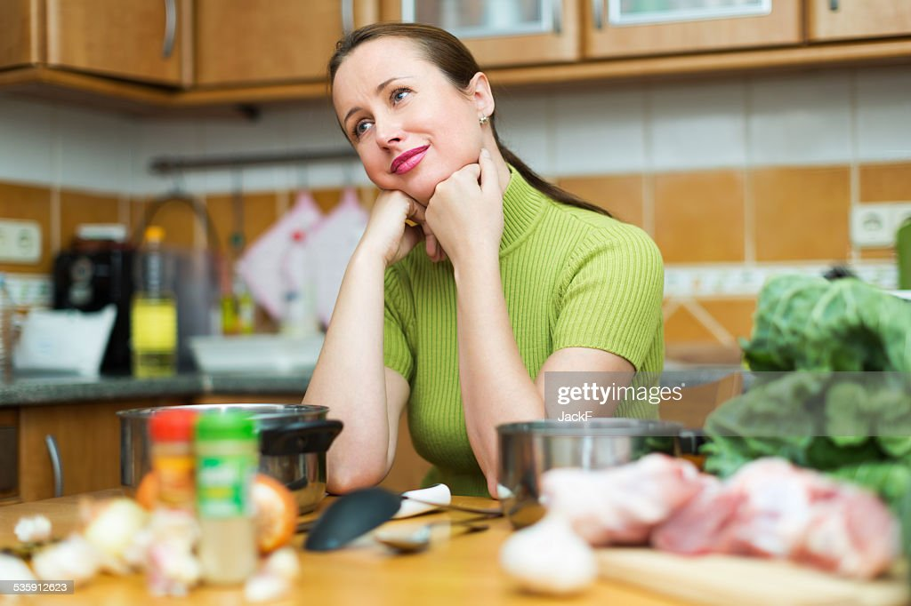 Infeliz mujer cansada para cocinar : Foto de stock