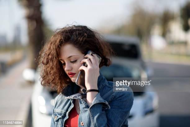 femme malheureuse avec une voiture cassée - accident de voiture photos et images de collection