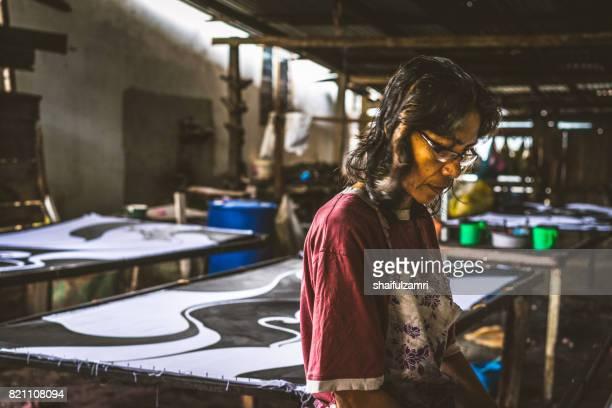 "unidentified woman use dye to make a ""batik"" - shaifulzamri - fotografias e filmes do acervo"