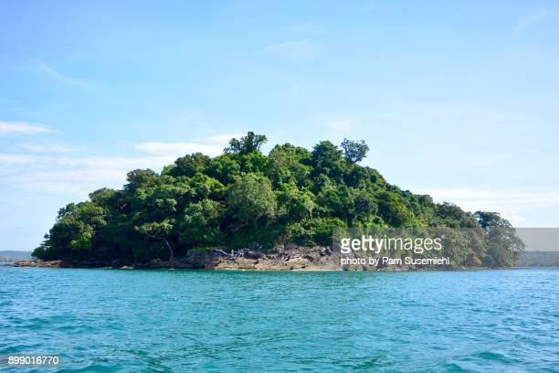 uninhabited island from the water,  gulf of thailand, cambodia - golf von thailand stock-fotos und bilder