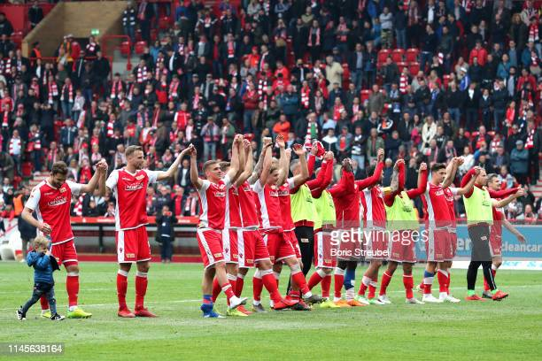 Union Berlin players celebrate victory after the Second Bundesliga match between 1 FC Union Berlin and Hamburger SV at Stadion An der Alten...