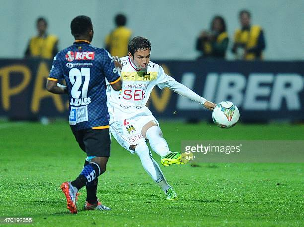 Union Espanola's Gonzalo Villagra vies for the ball with Independiente del Valle's Jonathan Gonzalez during their 2014 Copa Libertadores football...