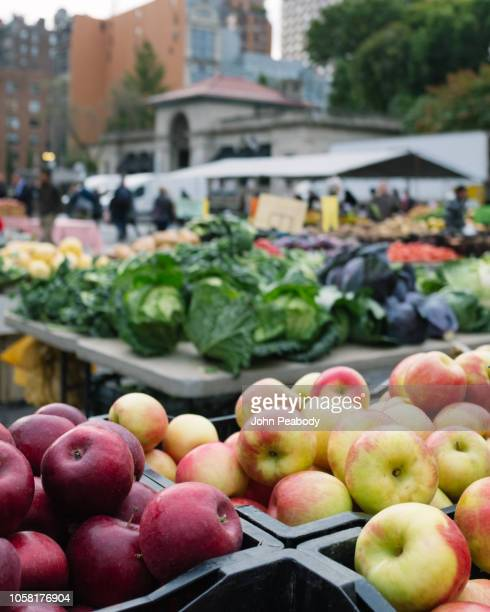 union square farmer's market in new york city - ユニオンスクエア ストックフォトと画像