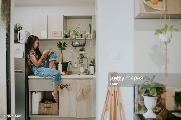 uniek van kunstenaarsvrouw met sociale mediatijd bij de gesloten ruimte-voorraadfoto - feedback stockfoto's en -beelden