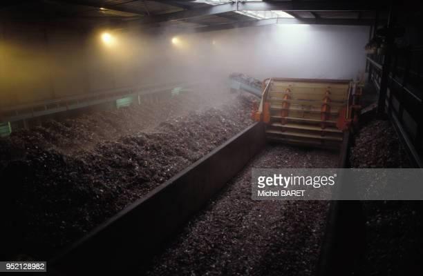 Unité de compostage de déchets organiques de l'usine de traitement d'Esys-Montenay à Saran, en novembre 1995, dans le Loiret, France.