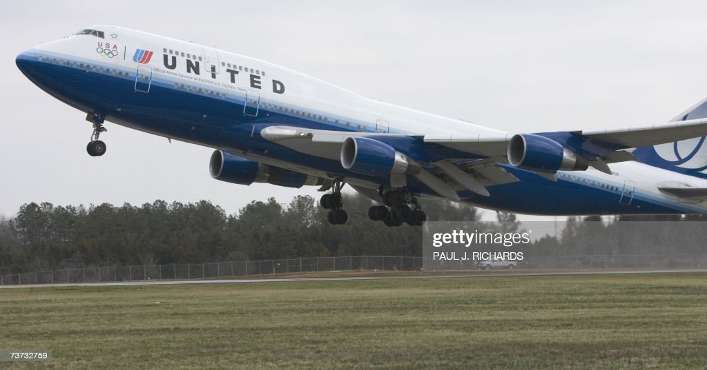 United Airlines flight, a Boeing 747, lifts off from Washington
