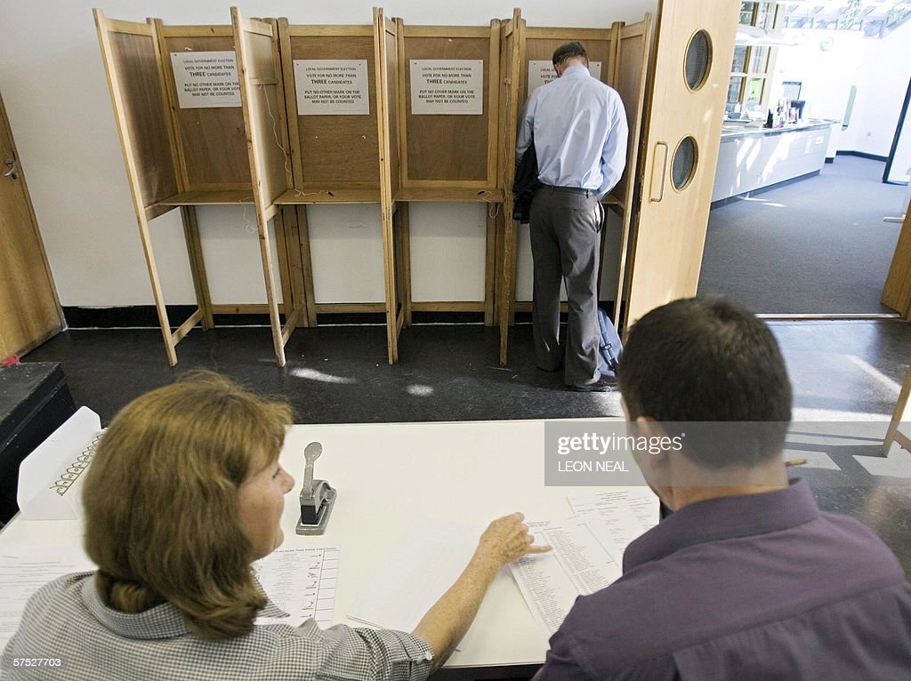 A voter marks his voting card in a polli : News Photo