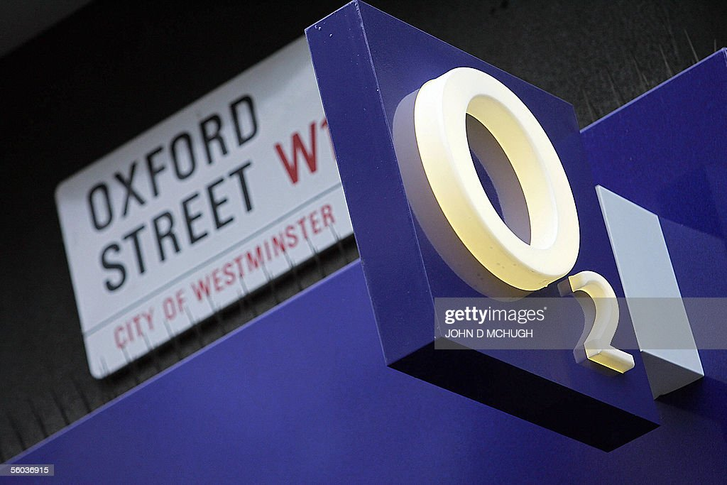 An O2 mobile phone store is seen on Oxfo : News Photo