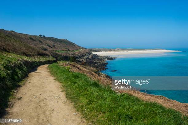 united kingdom, channel islands, herm, foot path leading to shell beach - isola di guernsey foto e immagini stock