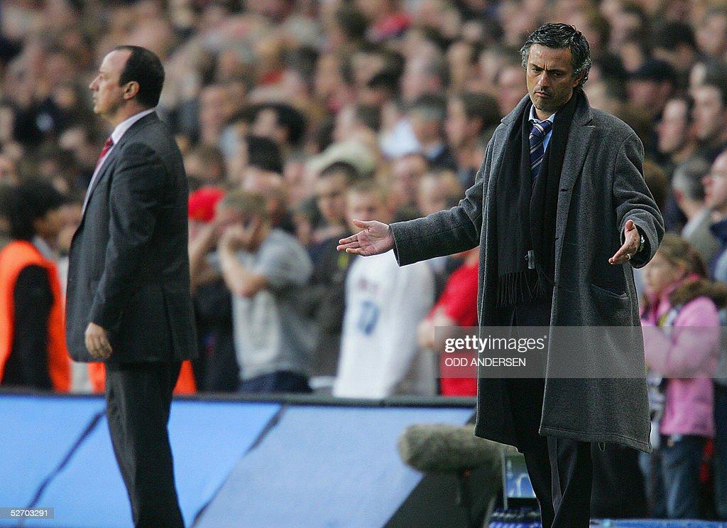 Chelsea's manager Jose Mourinho (R) reac : News Photo