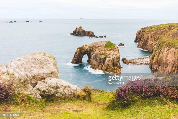 united kingdom, cornwall, enys dodman arch at land's end - islas de gran bretaña fotografías e imágenes de stock