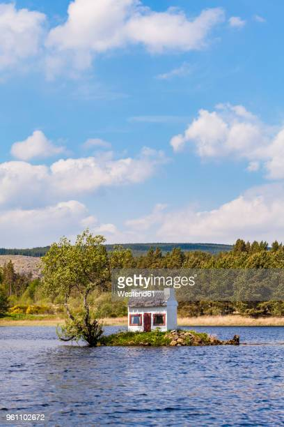 united kingdom, schottland, highlands, lairg, loch shin, small island with birdhouse - remote location stock pictures, royalty-free photos & images