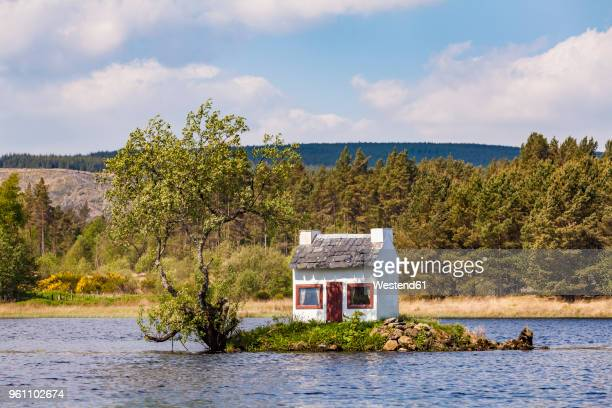 United Kingdom, Schottland, Highlands, Lairg, Loch Shin, small Island with birdhouse