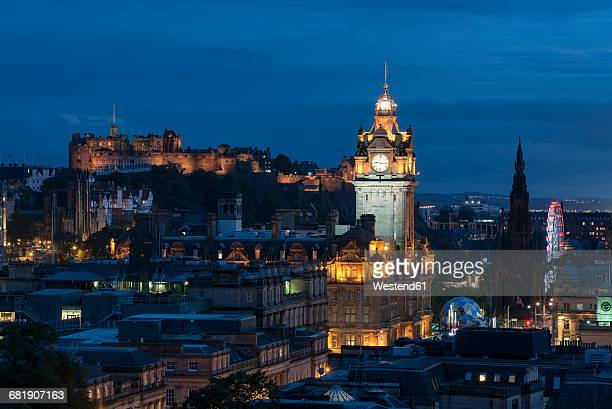 united kingdom, scotland, edinburgh, old town with tower of balmoral hotel and edinburgh castle in the evening - balmoral hotel stock pictures, royalty-free photos & images