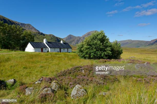 united kingdom, scotland, highland, buachaille etive mor, glencoe, black rock cottage, farmhouse - grampian scotland stock pictures, royalty-free photos & images