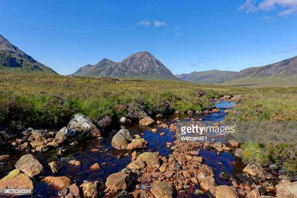 united kingdom, scotland, highland, glencoe, glen etive, buachaille etive mor, coupal river with red rocks - river bed stock photos and pictures