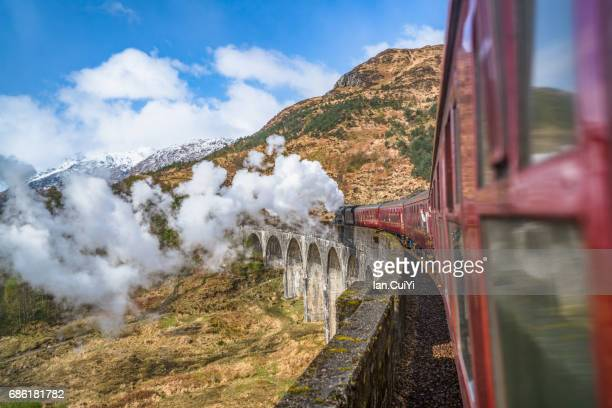 united kingdom, scotland, highland, glenfinnan, a830, glenfinnan viaduct, steam train passing viaduct - paisaje espectacular fotografías e imágenes de stock