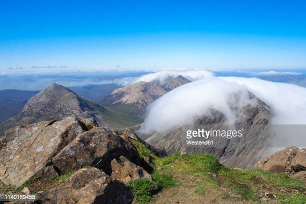 united kingdom, scotland, isle of skye, view from bla bheinn to cuillin hills with clouds - glen sligachan photos et images de collection