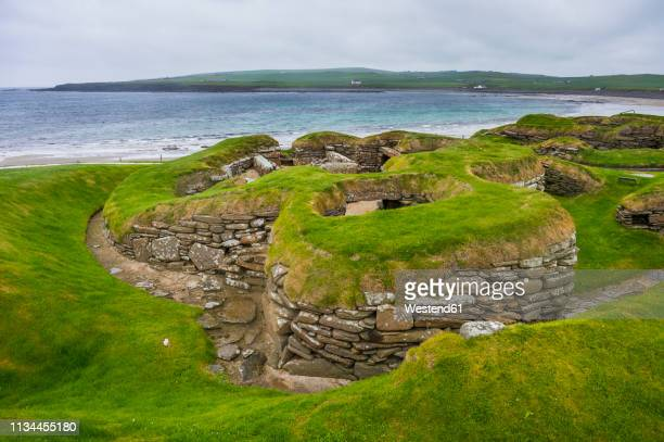 united kingdom, scotland, orkney islands, mainland, unesco world heritage sight, the stone build neolithic settlment of skara brae - skara brae stock photos and pictures