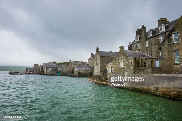 united kingdom, scotland, shetland islands, seafront of lerwick - isole shetland foto e immagini stock