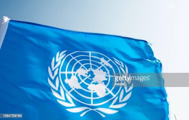 国連旗を風になびかせて - 国際法 ストックフォトと画像