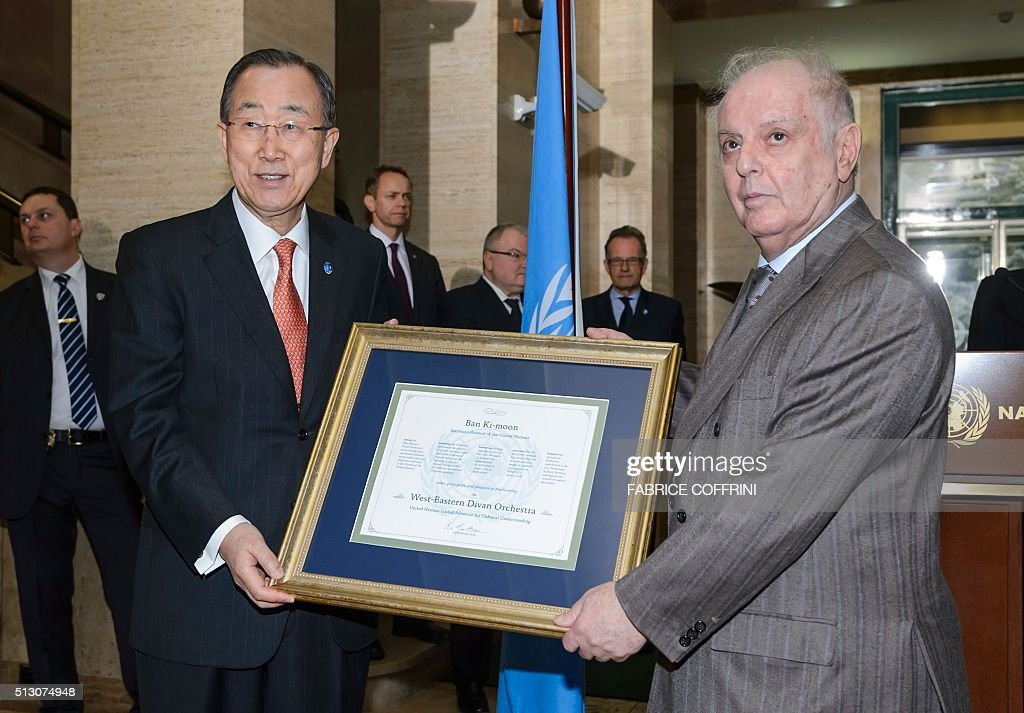 United Nations Secretary General Ban Ki-moon (L) poses with world-renowned conductor and West-Eastern Divan Orchestras' co-founder Daniel Barenboim during a press briefing on the sidelines of the main annual session of the United Nations Human Rights Council in Geneva on February 29, 2016. Ban Ki-moon designated on February 29, 2016 the West-Eastern Divan Orchestra as a United Nations Global Advocate for Cultural Understanding. / AFP / FABRICE