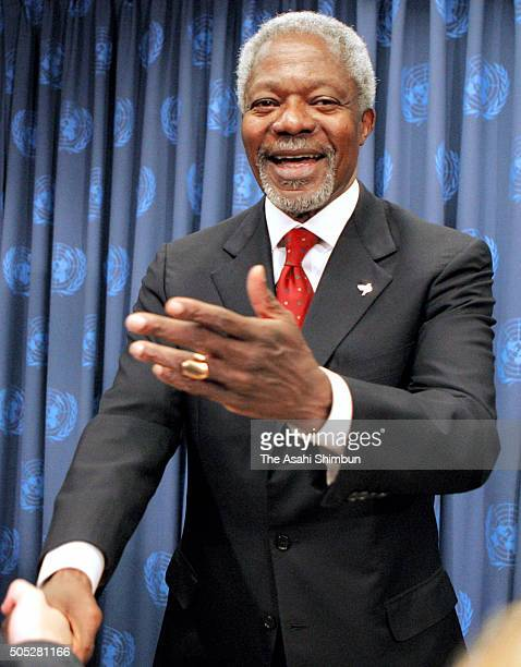 United Nations SecretaryGeneral Kofi Annan shakes hands with a reporter after his final press conference at the UN headquarters on December 19 2006...