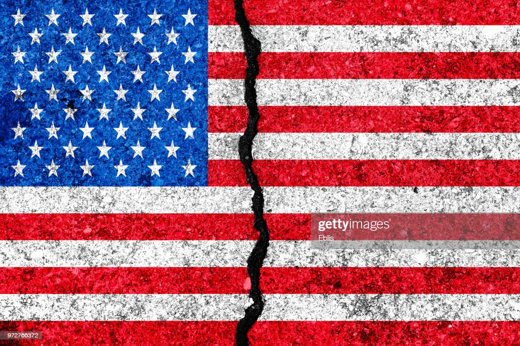 Verenigde Staten vlag geschilderd op gebarsten muur achtergrond/USA verdeeld concept : Stockfoto