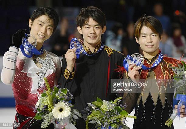 KENT United States Japan's Takahiko Kozuka Yuzuru Hanyu and Tatsuki Machida hold their gold silver and bronze medals at Skate America in Kent...