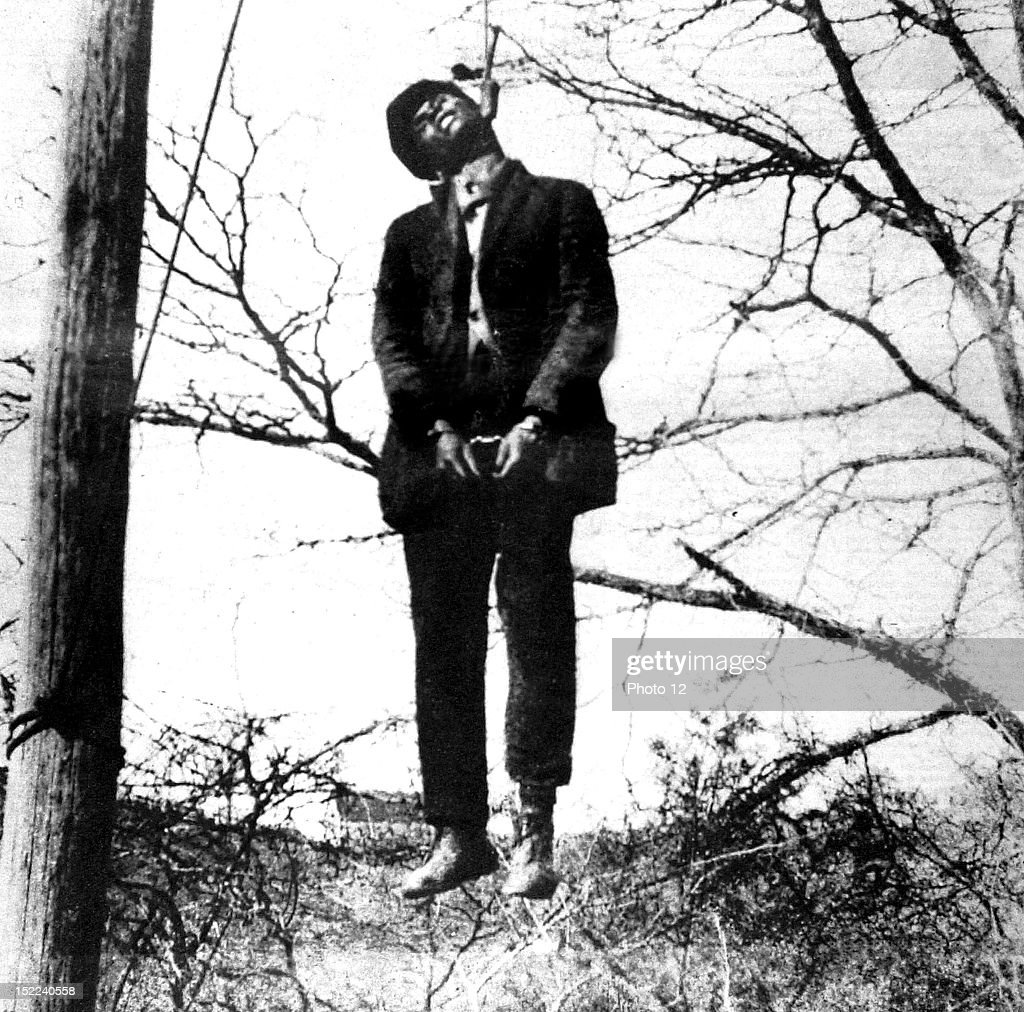 United States, 1930, Lynching scene in Texas, A black man, accused of having attacked a white woman, is hanged immediately. : News Photo