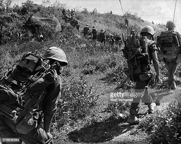 united states marines marching up hill - quảng ngãi stockfoto's en -beelden