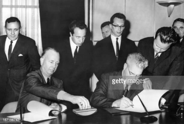 United States representative N. Stelle and his Soviet Union counterpart M. Tsarapkin sign, 20 June 1963 in Geneva, the Memorandum of Understanding...