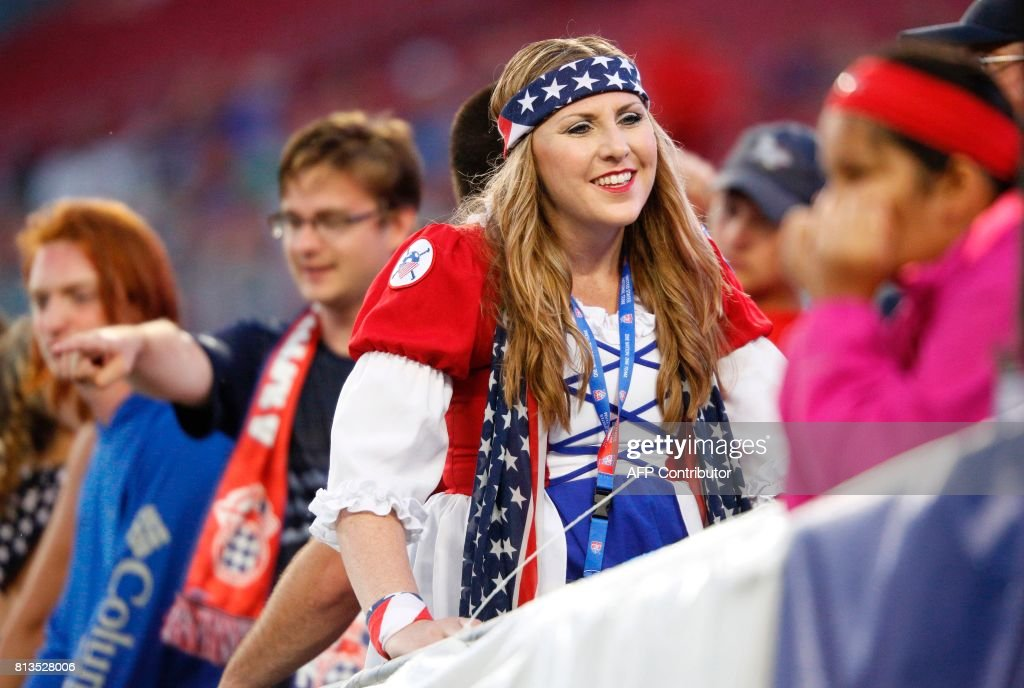 A United States soccer fan awaits the start of Gold Cup Group B soccer match against Martinique on July 12, 2017 at Raymond James Stadium in Tampa, Florida. / AFP PHOTO / Gregg Newton / Gregg Newton