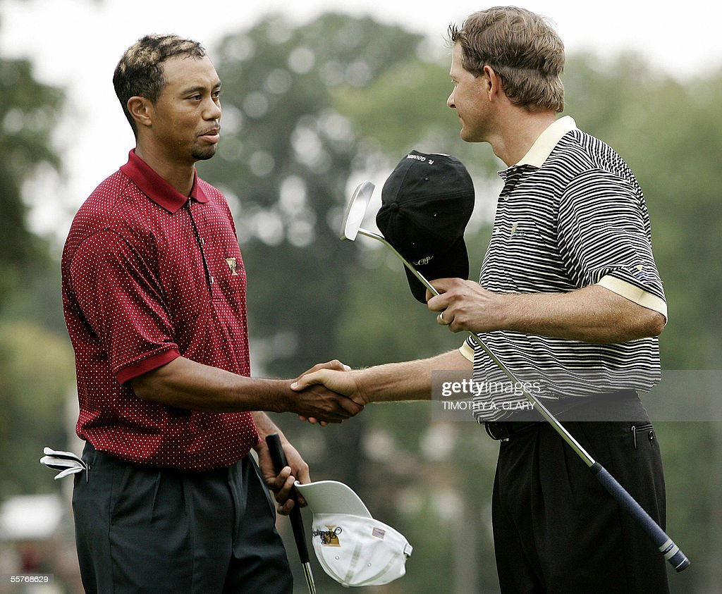 Tiger Woods(L) of the USA, shakes hands : News Photo