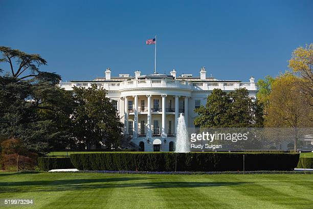 united states white house and south lawn - la maison blanche photos et images de collection