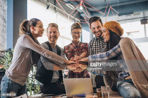 eenheid van succesvolle creatieve team! - betrouwbaar stockfoto's en -beelden
