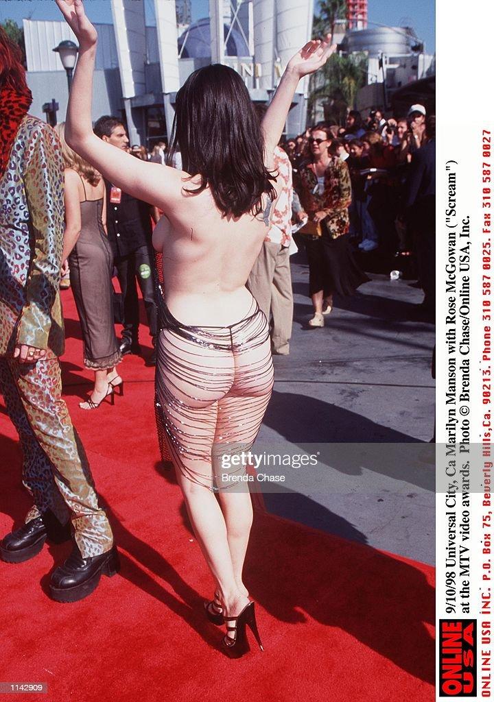 "9/10/98 Universal City, Ca Marilyn Manson with Rose McGowan (""Scream"") at the MTV awards.. : News Photo"