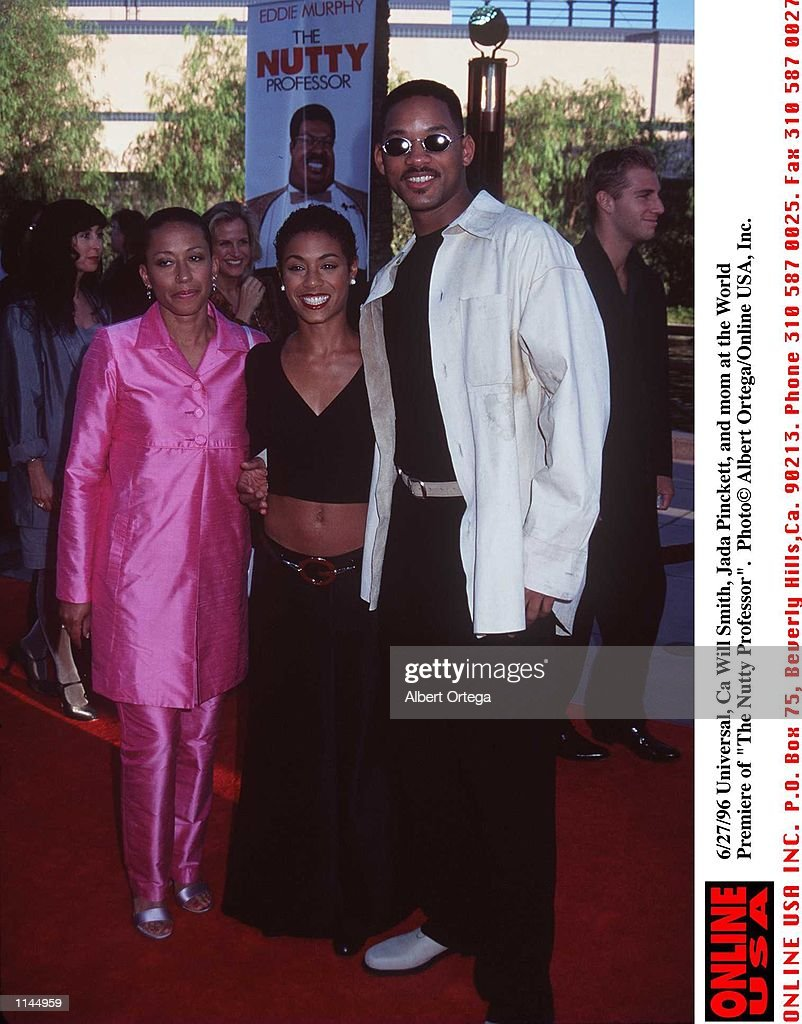 5/27/96 Universal City, Ca Will Smith, Jada Pinkett, and mom arrives at the World Premiere of his ne : News Photo