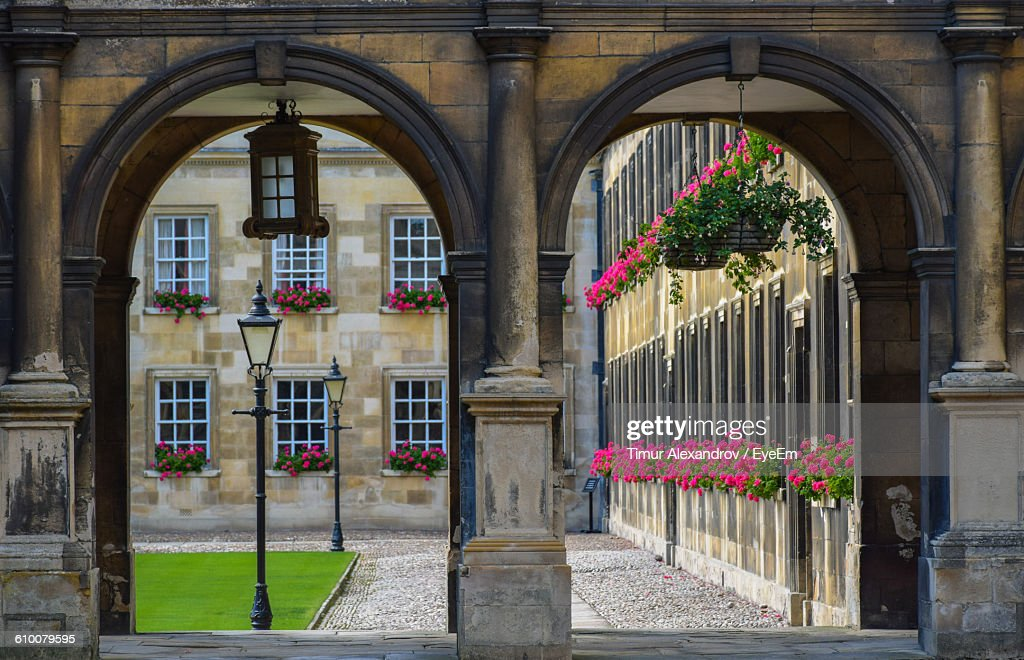 University Campus Seen Through Archway : Stock-Foto