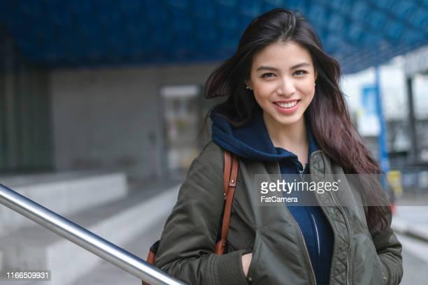 universiteit vrouwelijke poseren - studenten stockfoto's en -beelden