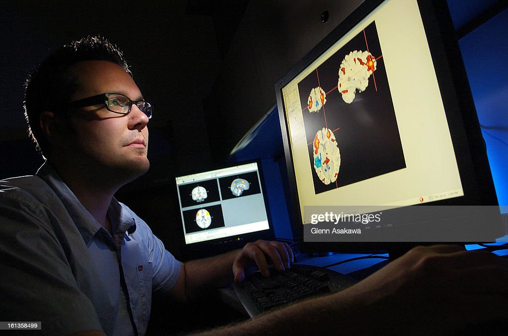 (ga) CDMEMORY--BOULDER, COLORADO--JULY 12, 2007 - University of Colorado doctoral candidate Brendan Depue <cq> looks over functional magnetic resonance images (FMRI) of the brain that highlight areas (in red) that control our cognitive behaviors and in hi : Photo d'actualité