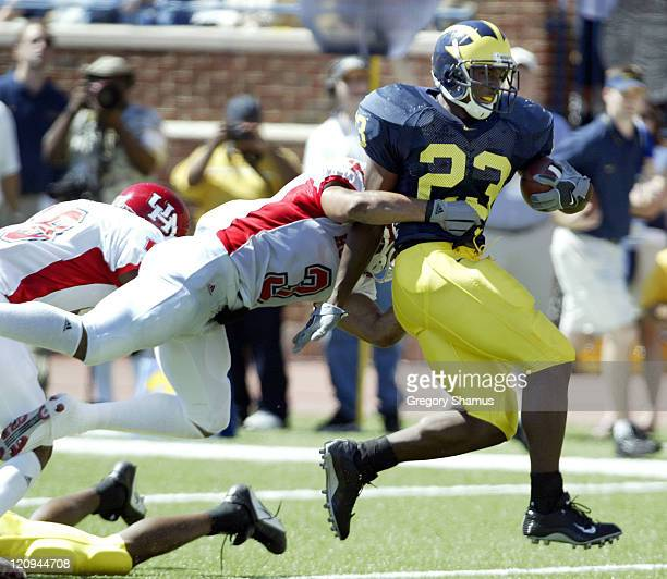 University of Michigan RB Chris Perry runs for a first down against Houston's Jermain Woodard during 3th quarter action at Michigan Stadium in Ann...