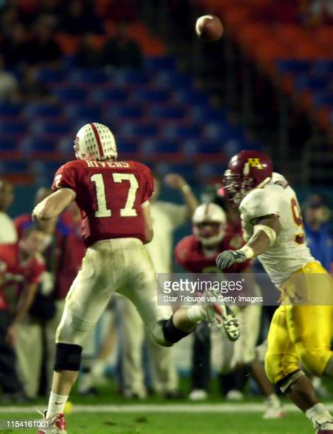 University of Minnesota vs North Carolina State Micron PCcom bowl Thursday 12/28/00 NC State quaterback Philip Rivers 17 avoids the rush of...