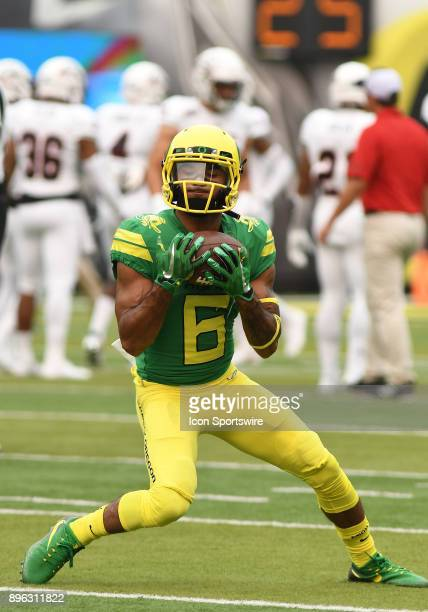 University of Oregon WR Charles Nelson warms up prior to the start of the game during an NCAA football game between the Southern Utah Thunderbirds...