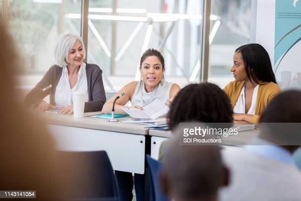女性の健康に関する大学パネル - 自己主張 ストックフォトと画像