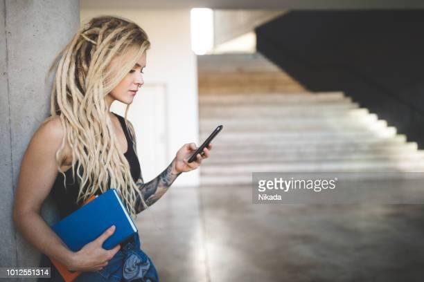 Universität Student SMS auf Handy