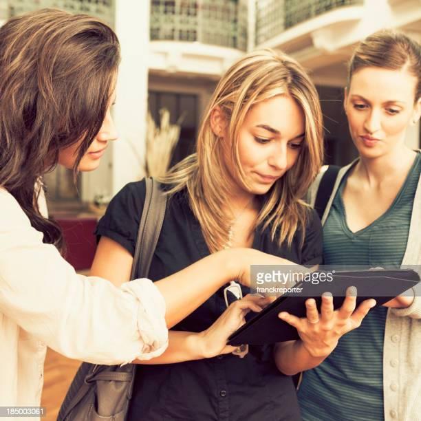 Universität Schüler mit digitalen tablet in Bibliothek